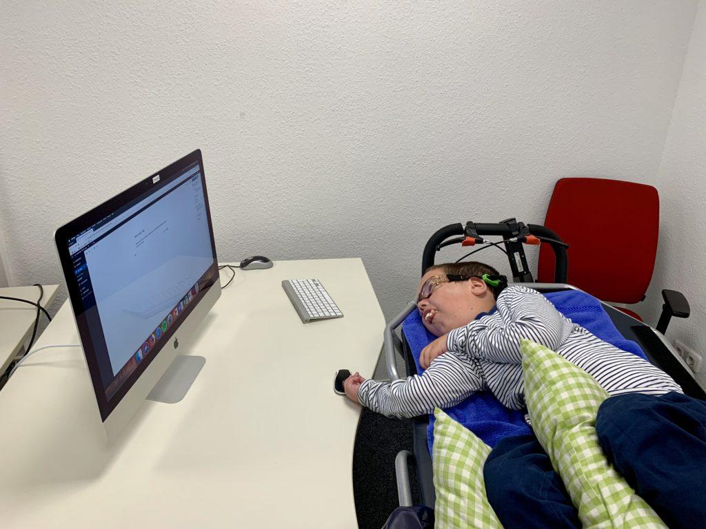 Auf dem Foto bin ich zu sehen, wie ich am Computer arbeite.