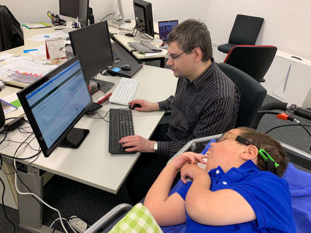 Auf dem Bild sind Albert und ich zu sehen, wie wir versuchen, eine Umfrage über das PIKSL Labor zu erstellen.